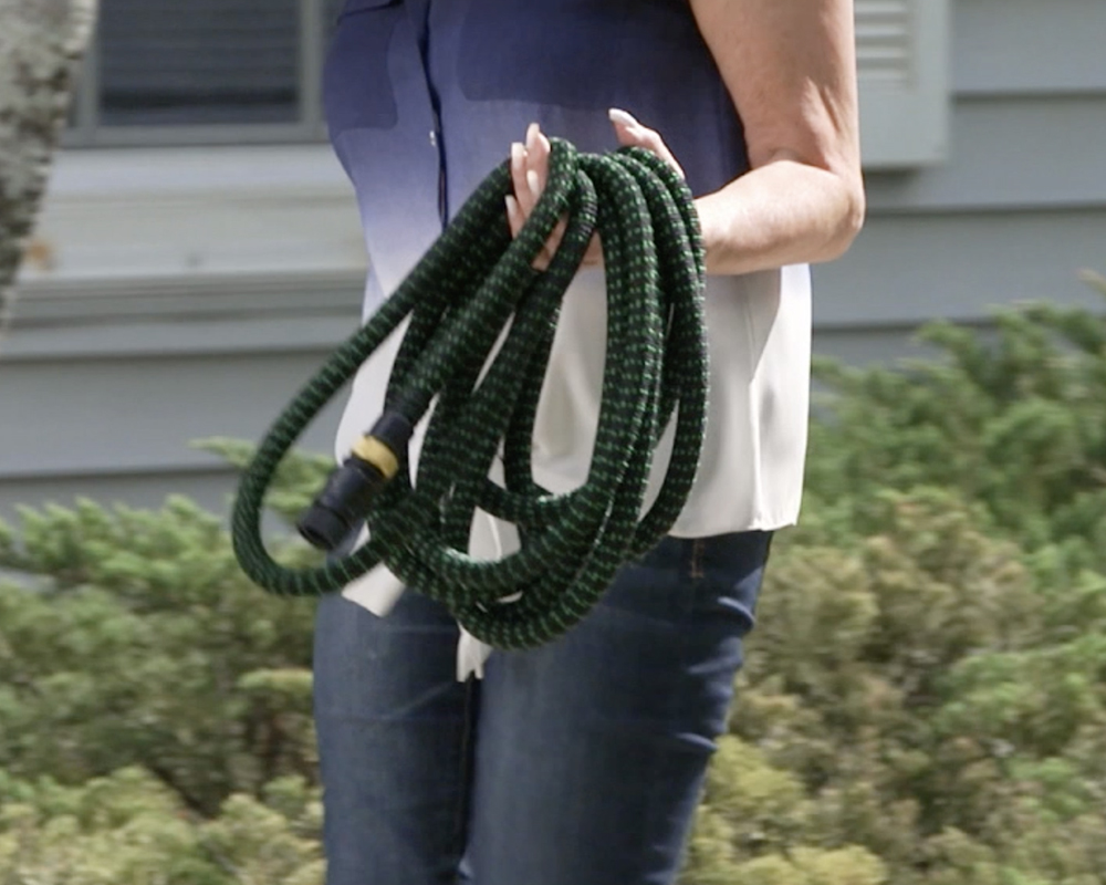 bungee hose weighs about 2 pounds